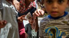 Anak-anak Irak berpose di sebuah kamp di Hammam al-Alil, Irak, Rabu (3/5). Pengungsi di kamp ini adalah warga Irak yang menyelamatkan diri dari ISIS di Mosul Barat. (AFP PHOTO / FADEL SENNA)