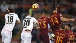 Para pemain AS Roma dan Palermo berebut bola pada lanjutan Serie A di Olimpico stadium, Roma, Senin (24/10/2016) dini hari WIB. (EPA/Riccardo Antimiani)