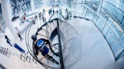 Pembalap sepeda asal Prancis, Aurelien Fontenoy, saat mendaki 768 anak tangga dari 33 lantai gedung Trinity Tower di distrik La Defense, Paris, (17/1/2021). (AFP/Martin Bureau)