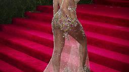 Mengenakan gaun transparan, Beyonce tampak percaya diri melenggang di red carpet acara 'China: Through The Looking Glass' Costume Institute Benefit Gala di Metropolitan Museum of Art, New York, Senin (4/5/2015). (REUTERS/Lucas Jackson)