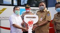 Menteri Kesehatan RI Terawan Agus Putranto menyerahkan satu unit Mobil Laboratorium Polymerase Chain Reaction (PCR) pada Gubernur Sulawesi Utara Olay Dondokambey. (Foto: dok. Biro Komunikasi dan Pelayanan Masyarakat Kemenkes RI)