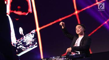 Penampilan Dipha Barus menutup panggung XYZ Day Creator Award 2018  di Senayan City, Jakarta, Rabu (25/4). Tak ingin mengecewakan, Dipha Barus membayar kesetiaan pengunjung XYZ Day 2018 dengan penampilan yang memukau. (Liputan6.com/Immanuel Antonius)