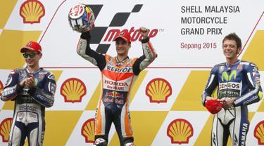 Pembalap Repsol Honda Dani Pedrosa (tengah) mengangkat kedua tangan usai finis pertama pada lanjutan Balapan MotoGP di Sirkuit Sepang, MotoGP Malaysia, (25/10/2015). Pedrosa sebelumnya berada di pole position saat sesi kualifikasi. (REUTERS/Olivia Harris)