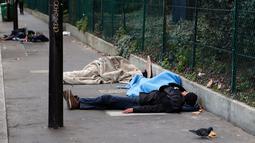 Para imigran tidur di jalanan Kota Paris, Prancis, Rabu (6/11/2019). Pemerintah Prancis menerima 122.743 permintaan suaka tahun lalu, naik 22 persen dari tahun sebelumnya. (AP Photo/Francois Mori)