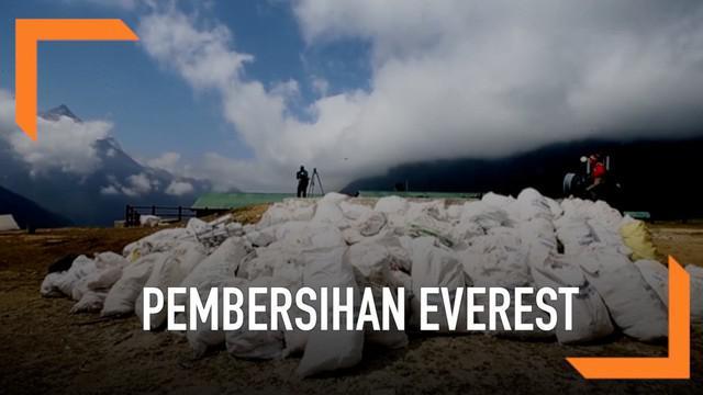 Pemerintah Nepal menggelar aksi bersih-bersih Gunung Everest. Aksi yang dimulai sejak 14 April 2019 ini telah mengumpulkan 10.000 kg sampah dan mengevakuasi 4 jenazah pendaki.