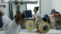 Atlet angkat besi, Sri Wahyuni, saat latihan di Wisma Kwini, Jakarta, Senin, (12/6/2018). Para lifter perempuan Indonesia terus melakukan persiapan jelang Asiang Games 2018. (Bola.com/M Iqbal Ichsan)