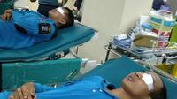 Petugas Damkar Surabaya dirujuk ke rumah sakit saat evakuasi sarang tawon pada Rabu, 4 Desember 2019. (Foto: Liputan6.com/Dian Kurniawan)