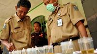 Sejumlah petugas memeriksa sampel urine penghuni sel narkoba, saat razia narkoba oleh Badan Narkotika Provinsi (BNP) Jatim di Lapas Jombang, Jatim. (Antara)