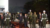 Presiden Jokowi bersama Wapres Jusuf Kalla saat tiba di TMP Kalibata. (Sekretariat Presiden)
