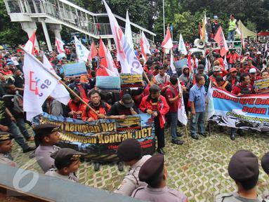 Pekerja yang tergabung dalam FPPI dan Serikat Pekerja JICT menggelar aksi unjuk rasa di depan Gedung KPK, Jakarta, Selasa (9/5). Mereka meminta KPK untuk usut kasus korupsi perpanjangan kontrak JICT. (Liputan6.com/Helmi Afandi)