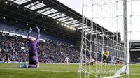 Kiper Heurelho Gomes sukses menahan tendangan penalti Saido Berahino (Reuters)