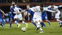 Tendangan penalti Olivier Giroud membawa Timnas Prancis menang 1-0 atas Islandia dalam laga lanjutan Grup H Kualifikasi Piala Eropa 2020 di Laugardalsvollur, Sabtu (12/10/2019) dini hari WIB. (AP Photo/Brynjar Gunnarsson)