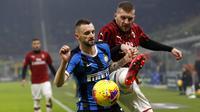 Gelandang Inter Milan, Marcelo Brozovic, berebut bola dengan striker AC Milan, Ante Rebic, pada laga Serie A di Stadion San Siro, Minggu (9/2/2020). Inter Milan menang 4-2 atas AC Milan. (AP/Antonio Calanni)