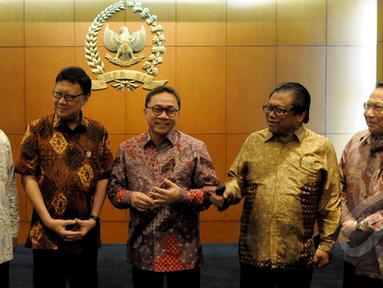 Ketua MPR Zulkifli Hasan (tengah), Wakil Ketua MPR Oesman Sapta (kedua kanan), Wakil Ketua MPR E.E. Mangindaan (kanan), Mendikbud Anies Baswedan (kiri) dan Mendagri Tjahjo Kumolo (kedua kiri), Jakarta, Rabu (4/2/2015). (Liputan6.com/Andrian M Tunay)
