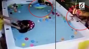 Bayi bernama Xiaoai asal Tiongkok hampir meregang nyawa saat berenang di kolam khusus balita. Insiden ini terjadi karena sang ibu, Wu, lalai menjaga anaknya karena asyik bermain ponsel.