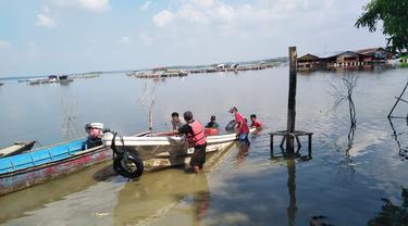 Proses evakuasi korban perahu terbalik di Waduk Kedungombo, Boyolali, Jawa Tengah. (Foto: Istimewa/WAG Pers dan Mitra Kerja)