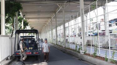 Personel Satpol PP berjaga di bawah skybridge Tanah Abang, Jakarta, Selasa (8/1). Penjagaan tersebut dilakukan untuk mencegah PKL yang berjualan di sekitar Stasiun Tanah Abang. (Liputan6.com/Immanuel Antonius)