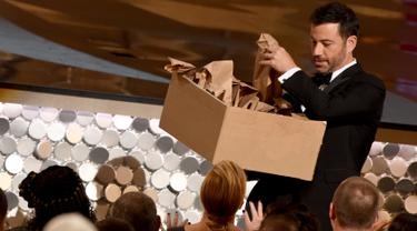 Pemandu acara Jimmy Kimmel membagi-bagikan sandwich selama penghargaan Emmy Awards 2016, di Los Angeles, Minggu (18/9). Jimmy Kimmel bekerjasama dengan sang ibu membagikan 7.000 sandwich selai isi kacang kepada para hadirin. (AFP PHOTO/Valerie MACON)