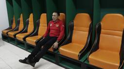 Ketua PSSI, Mochammad Iriawan, mencoba bangku di ruang ganti pemain saat melakukan inspeksi ke Stadion Pakansari, Bogor, Selasa (3/3/2020). Kegiatan tersebut dalam rangka melihat kesiapan veneu jelang piala dunia U-20 pada 2021. (Bola.com/M Iqbal Ichsan)