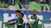 9. Aksi Irfan Jaya pada laga lanjutan Piala Presiden 2019 yang berlangsung di Stadion Jalak Harupat, Kab Bandung, Kamis (7/3). Persib Bandung kalah 2-3 kontra Persebaya Surabaya. (Bola.com/M.Iqbal Ichsan)