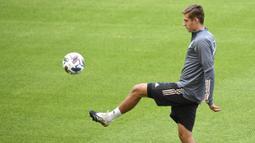 Pemain Timnas Jerman, Florian Neuhaus, saat mengikuti sesi latihan jelang berlaga di UEFA Nations League di Stuttgart, Jerman, Rabu (3/9/2020). Jerman akan berhadapan dengan Spanyol. (AFP/Thomas Kienzle)