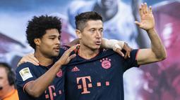 Bayern Munchen - Robert Lewandoski telah mencetak 27 gol dan Serge Gnabry 11 gol. Keduanya menjadi duet penyerang yang tampil ganas di Bundesliga. (AFP/John Macdougall)
