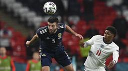 Grant Hanley. Bek berusia 29 tahun ini sukses membawa Norwich City kembali bermain di Premier League musim depan. Di Euro 2020 bersama Timnas Skotlandia ia telah tampil 2 kali, yaitu saat kalah 0-2 dari Republik Ceska dan saat menahan imbang Inggris 0-0. (Foto: AP/Pool/Justin Tallis)