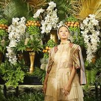 Asmara Abigail memeragakan busana karya Denny Irawan. (Bambang E Ros/Fimela.com)