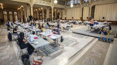 Suasana saat para sukarelawan membuat masker di Balai Kota Lille, Lille, Prancis, Kamis (23/4/2020). Balai Kota Lille dialihfungsikan menjadi pabrik masker buatan tangan sejak awal pekan ini. (Xinhua/Sebastien Courdji)