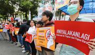 Masa aksi dari berbagai aliansi dan LBH menggelar aksi depan kantor Kominfo, Jumat (23/8/2019). Aksi solidaritas menolak pembatasan akses informasi dan internet di Papua dan Papua Barat itu meminta Kominfo mencabut pemblokiran akses internet. (Liputan6.com/Fery Pradolo)
