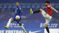 Pemain Chelsea, Hakim Ziyech, berebut bola dengan pemain Morecambe, Nathaniel Knight-Percival, pada laga Piala FA di Stadion Stamford Bridge, Minggu (10/1/2021). Chelsea menang dengan skor 4-0. (AP/Matt Dunham)