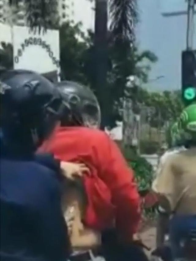 pemotor kerokan di jalan