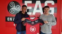 Isaac Drogba (kiri), anak dari Didier Drogba, resmi pindah ke EA Guingamp pada Senin (19/2/2018). (dok. EA Guingamp)