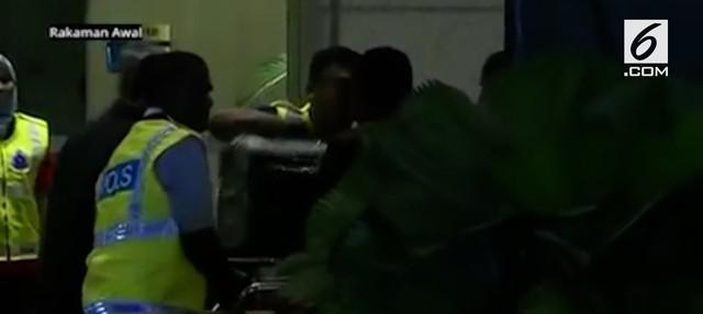 Polisi Malaysia berhasil menggeledah tiga apartemen yang dimiliki keluarga mantan Perdana Menteri Malaysia Najib Razak di sebuah kondominium mewah, Kuala Lumpur.