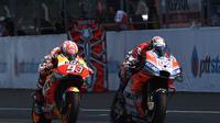 Pertarungan pembalap Ducati, Andrea Dovizioso dan pembalap Repsol Honda, Marc Marquez pada MotoGP Thailand 2018.