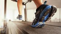 Masih banyak orang yang belum mengetahui bahwa berjalan kaki dapat membakar lemak lebih banyak dibanding berlari. (Foto: iStockphoto)