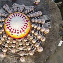Foto udara menunjukkan pemandangan Masjid 99 Kubah selama bulan suci Ramadhan di Makassar (18/4/2021). Sesuai namanya, masjid ini dipercantik dengan puluhan kubah. Kubah-kubah berbagai ukuran, mulai dari kecil hingga besar, semua menghiasi bagian atas masjid.  (AFP/Indra Abriyanto)