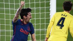 Bek Atletico Madrid, Stefan Savic, merayakan gol yang dicetak ke gawang Villareal pada laga Liga Spanyol di Stadion Ceramica, Minggu (28/2/2021). Atletico Madrid menang dengan skor 2-0. (AP/Jose Breton)