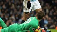 Striker Manchester City, Sergio Aguero tersenyum melihat kiper Arsenal Bernd Leno saat bertanding pada Premier League di Stadion Etihad, Manchester, Inggris, Minggu (3/2). Aguero mencetak tiga gol. (Nick Potts/PA via AP)