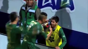 Diego Gonzales penyerang klub Santos Laguna dari Liga Meksiko melakukan selebrasi gol secara unik. Ia melepas sepatunya dan menjadikannya bak sebuah telepon seluler.