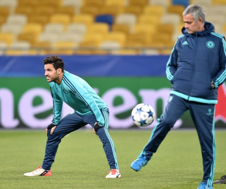 Jose Mourinho dan Cesc Fabregas (kiri). (AFP/Sergei Supinsky)