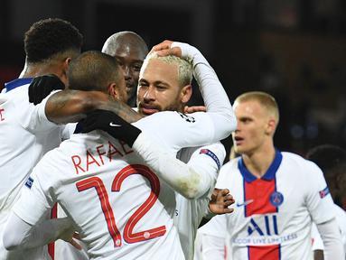 Striker Paris Saint-Germain, Neymar (tengah), merayakan gol ketiga PSG bersama rekan-rekannya dalam laga lanjutan Liga Champions 2020/21 Grup H melawan Manchester United di Old Tarfford Stadium, Manchester, Rabu (2/12/2020) waktu setempat. PSG menang 3-1 atas Manchester United. (AFP/Oli Scarff)
