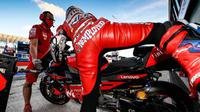 Logo pengangguran menempel di jersey balap milik Andrea Dovizioso di MotoGP Emilia Romagna (twitter/crash.net)