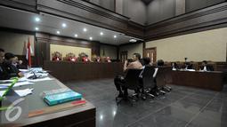 Suasana saat sidang lanjutan Patrice Rio Capella di Pengadilan Tipikor, Jakarta, Senin (23/11). JPU KPK menghadirkan empat saksi diantaranya yaitu Gubernur Sumut non-aktif Gatot Pujo Nugroho, dan Supir Pribadi dari Evy Susanti. (Liputan6.com/Helmi Afandi)