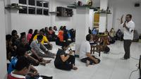 Sekitar 100 orang dari remaja Katolik, santri, Komunitas Gusdurian, dan GP Ansor Purwokerto mengikuti workshop bertema anti-penyebaran hoax atau berita bohong. (Liputan6.com/Muhamad Ridlo)
