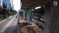 Pemandangan proyek Light Rail Transit (LRT) Jabodebek lintas pelayanan dua rute Cawang-Dukuh Atas di kawasan Kuningan, Jakarta, Senin (18/6). Diperkirakan pengerjaan proyek akan kembali dimulai usai libur cuti bersama Lebaran. (Liputan6.com/Faizal Fanani)