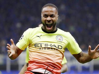 Striker Manchester City, Raheem Sterling, melakukan selebrasi usai membobol gawang Atalanta pada laga Liga Champions 2019 di Stadion San Siro, Rabu (6/11). Kedua tim bermain imbang 1-1. (AP/Luca Bruno)