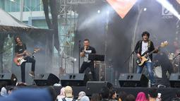 Vokalis grup band era 90 an Kidnap Katrina, Anang Hermansyah (tengah) saat tampil pada gelaran The 90's Festival di Gambir Expo Kemayoran, Jakarta, Sabtu (10/11).The 90's Festival kali ini merupakan yang keempat. (Liputan6.com/Helmi Fithriansyah)