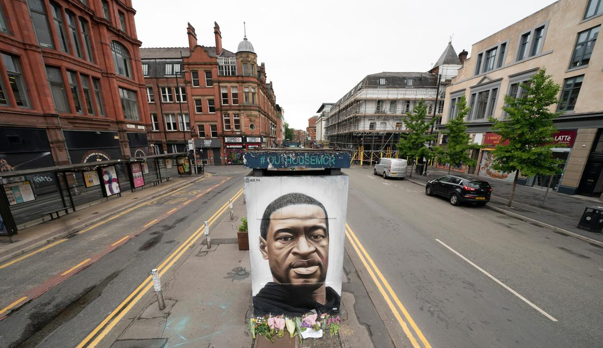 Sebuah mural George Floyd di Manchester tengah, Inggris (4/6/2020). George Floyd tewas kehabisan napas saat dalam penahanan pihak kepolisian Negara Bagian Minnesota, wilayah Midwest Amerika Serikat, pada pekan lalu. (Xinhua/Jon Super)