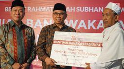 Ketua Dewan Komisioner OJK, Wimboh Santoso didampingi Direktur Astra International,Suparno Djasmin memberi bantuan dana operasional pada acara peresmian Bank Wakaf Mikro (BWM) Sunan Gunung Jati Ba'alawy, Semarang, Sabtu (23/2). (Liputan6.com/HO/Eko)
